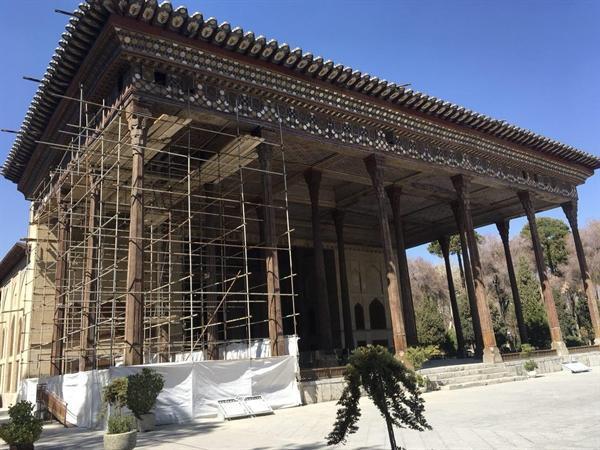 پایان فعالیت کارگاه های مرمت در بناهای شاخص تاریخی اصفهان در آستانه نوروز، برچیده شدن بخش اعظم داربستهای ایوان کاخ چهلستون