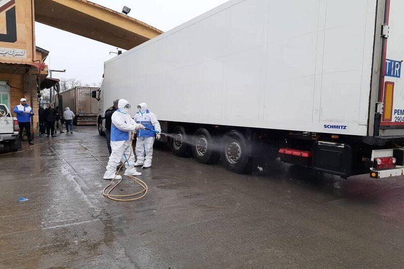 خبرنگاران ضدعفونی کامیون ها در مرز آستارا
