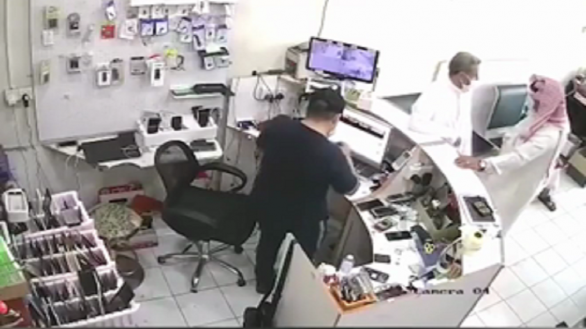 لحظه انفجار باتری موبایل در صورت فروشنده سعودی