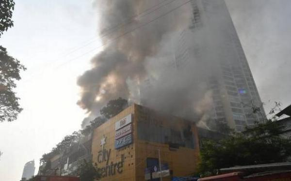 تخلیه 3500 نفر در پی آتش سوزی شدید در مرکز خرید بمبئی